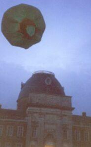Un ballon au-dessus de l'abbatiale