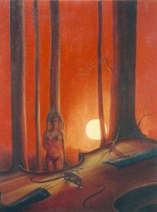 devant une table de violon, une femme qui est la base d'un tronc d'arbre