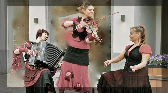 une accordéoniste, une violoniste et une chanteuse